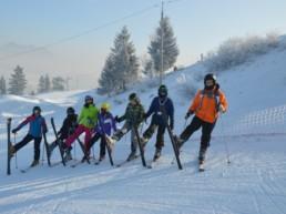 Młodzież na nartach.