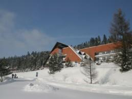 Widok na dom wypoczynkowy w trakcie obozu zimowego.