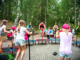 Zabawa dzieci na trampolinach