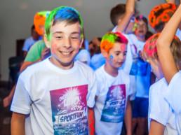 Zabawa dla dzieci i młodzieży na obozie letnim nad morzem
