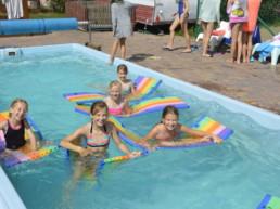 Dzieci w trakcie zabawy na basenie (kolonie nad morzem)