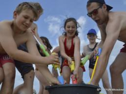 Dzieci bawiące się nad morzem w trakcie kolonii